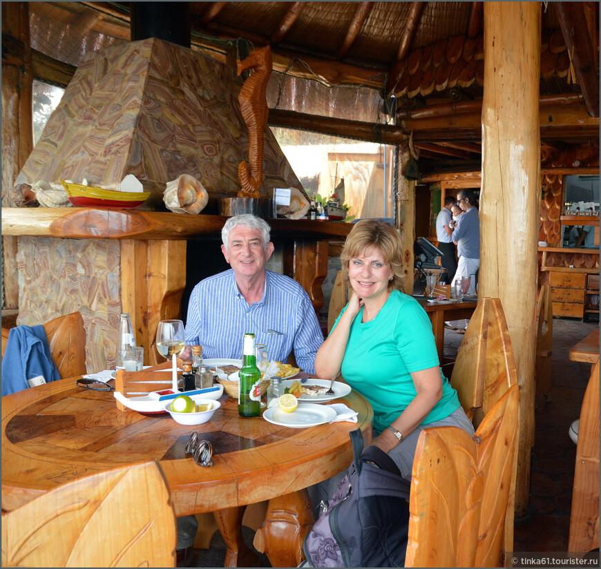 Довольные туристы за вкусным обедом.
