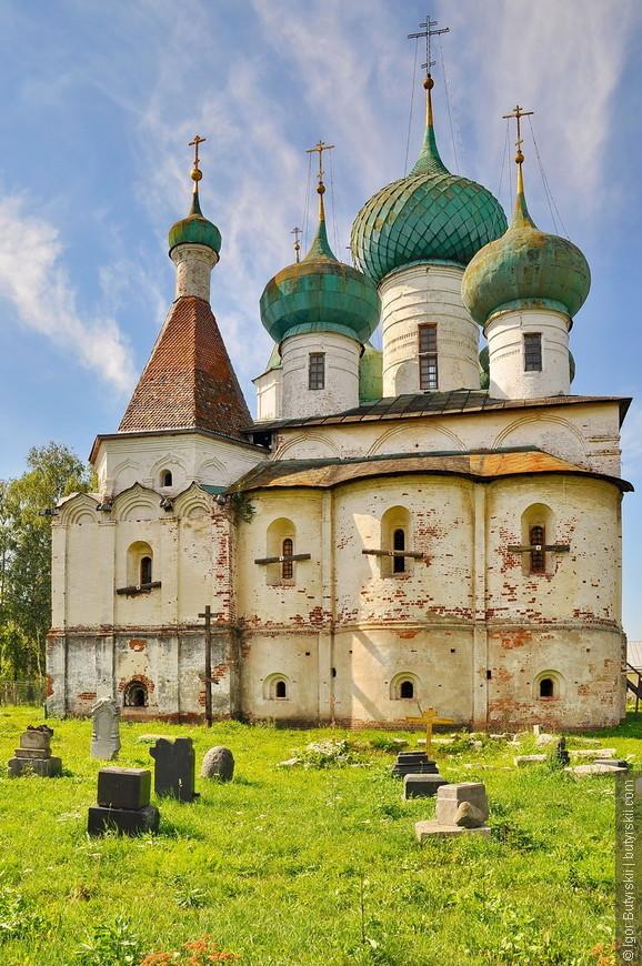 03. Небольшое монастырское кладбище перед храмом.