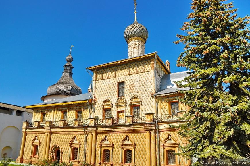 17. По периметру второго этажа церкви Одигитрии проходит открытый балкон, что существенным образом отличает её от других храмов Ростова, в которых обустроены галереи.
