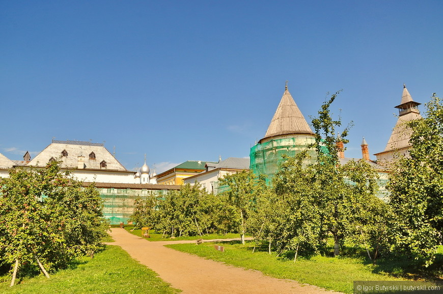 24. Во дворе кремля организован сад, растут яблони, можно купить яблоко или просто взять с земли.