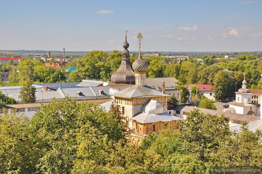 32. Плотная стена из деревьев не дает советским постройкам попасть в кадр.
