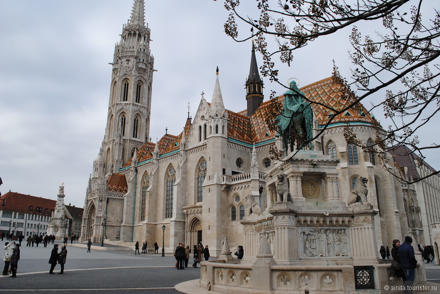 Рыбацкий бастион Будапешта – красивое архитектурное строение, построенное из белого камня. Со смотровой площадки бастиона видны Дунай и Венгерский парламент.  В Средние века на месте бастиона располагался рыбный рынок, и именно рыбаки были заинтересованы в защите этой местности от врагов. В 1897 году было построено здание для бастиона по проекту Фридьеша Шулека. Бастион - площадь с галереями, а в ее центре установлен памятник первому королю Венгрии Иштвану Святому.