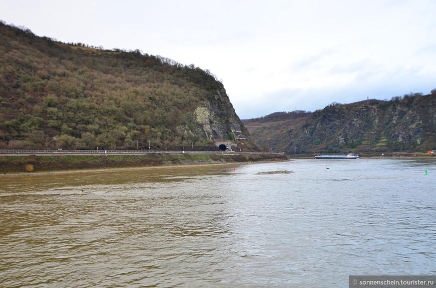 Рейн является одновременно важнейшим внутренним водным путём и красивейшей по своему ландшафту рекой Европы. Его длина 1320 км, бассейн реки 252000 кв.км. Берет начало в Альпах (Швейцарский кантон Граубюнден) и впадает обширной дельтой в Северное море (Нидерланды). Особенно привлекателен отрезок Рейна между Майнцом и Кёльном (Средний Рейн) с его живописными населёнными пунктами и романтическими горами.