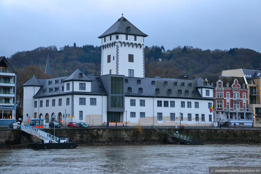 Замок курфюрста в Боппарде – высокое здание, которое являлось частью средневекового укрепления города, стоит на низменности. Он был построен для архиепископа и курфюрста Болдуина Люксембурга с XIII по XVII века. Замок находится в историческом центре Боппарда на реке Рейн.