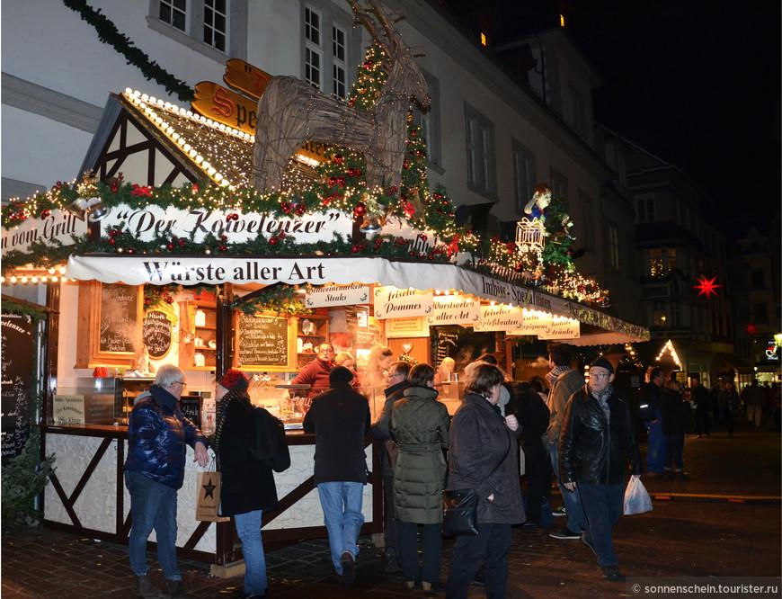В празднично украшенных деревянных ларьках предлагаются рождественская выпечка, глинтвейн и местные деликатесы.