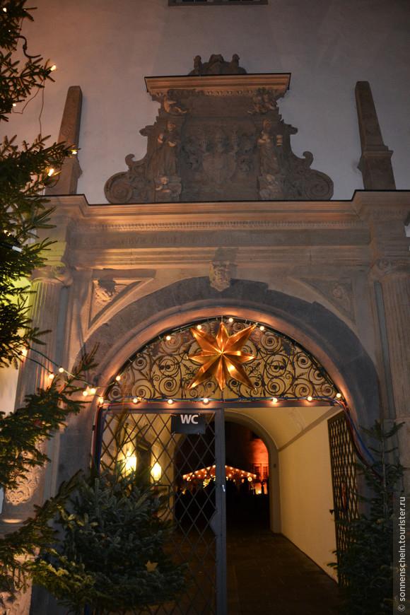 Во внутреннем дворе ратуши проходит концерт на открытом воздухе Christmas-Vocal, на котором исполняются рождественские песни с разных концов света. Мы пришли слишком поздно, концерт закончился.