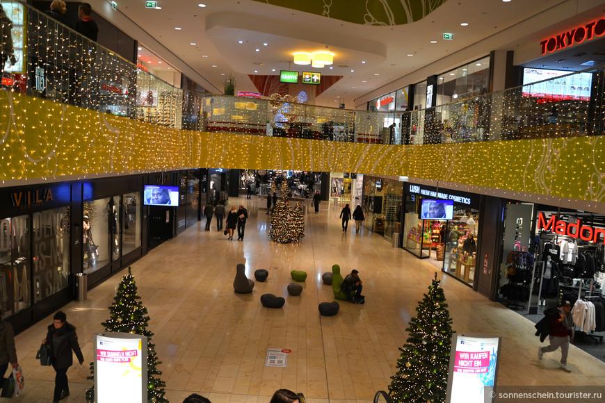 Популярностью также пользуется Ночь покупок — акция, в рамках которой двери всех магазинов города открыты до полуночи. Этим мы с радостью воспользовались, прикупив подарков на Рождество.