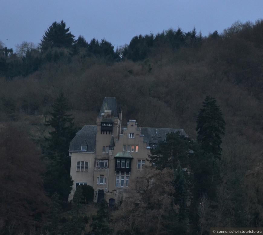 Стемнело и  качественные фотографии замков на высоких скалах невозможно было сделать. Капитан пригласил на ужин гостей корабля.