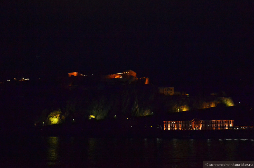 После ужина была последняя остановка в Кобленце.  Напротив нашего корабля на скале крепость Эрэнбрайштайн. Ниже крепости в огоньках располагается замок Филиппсбург, от которого сохранилось лишь здание трибунала.