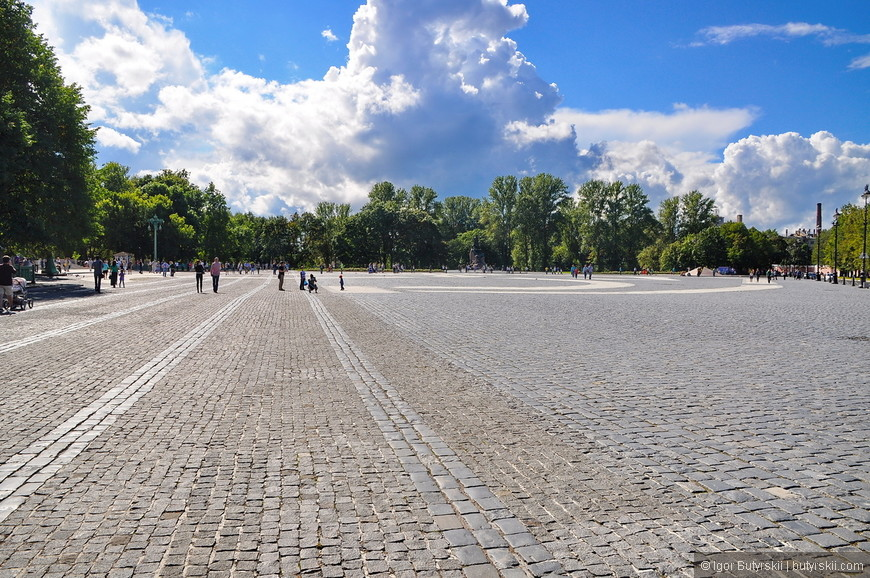 07. Якорная площадь. Очень большая площадь, немного пустовата, зато нет столпотворения туристов, на площади находится сам собор, вечный огонь, памятники, а также, ларьки по продаже сувениров.