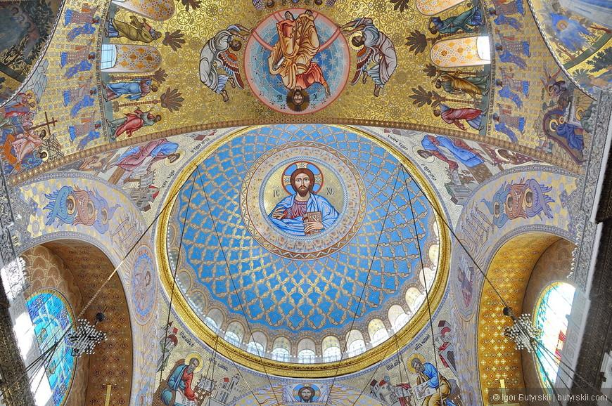 16. Посмотрим на собор изнутри. Все на уровне, роспись яркая, очень красиво!