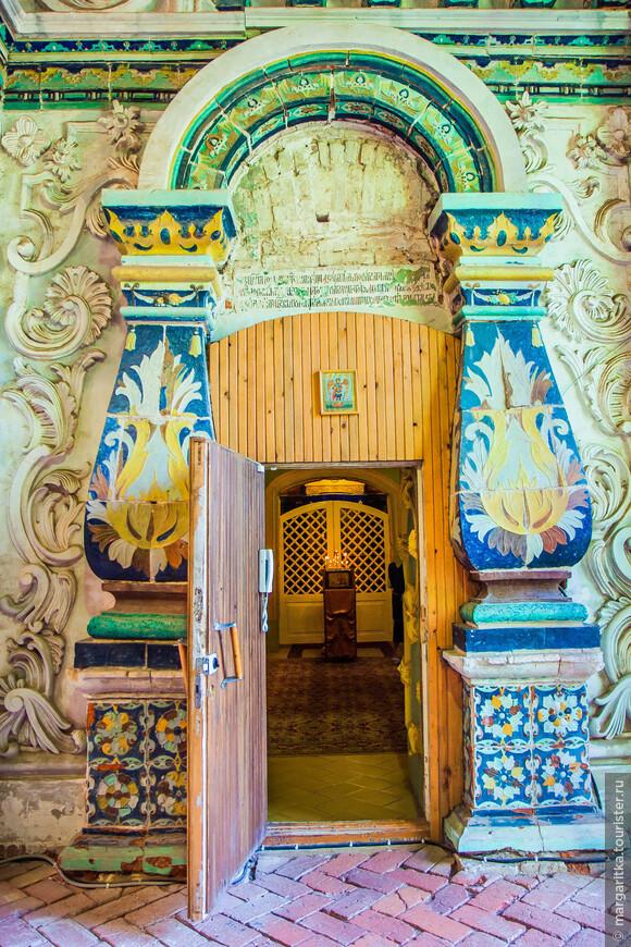 В северном приделе (Усекновения главы Иоанна Предтечи) Воскресенского собора обители находится могила его основателя — патриарха Никона.