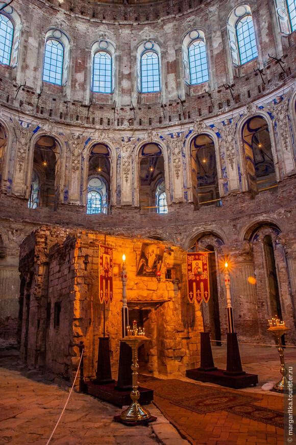 внутри храма по подобию Святой земли воспроизведен Гроб Господень