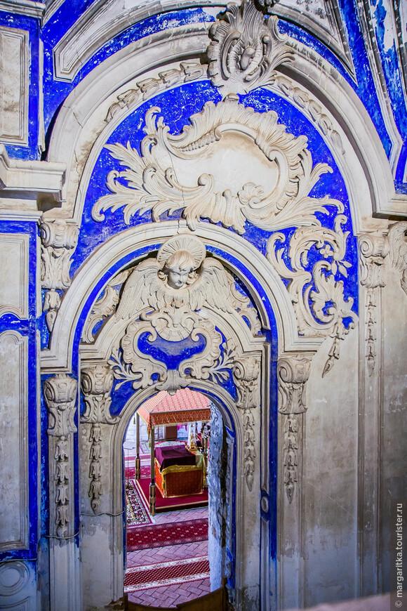 святая святых  в алтарной части можно увидеть с одного из многочисленных балкончиков храма
