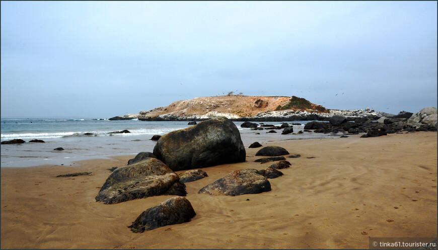 Остров находится совсем рядом с сушей, от большой земли его отделяет узенький пролив. А на сам остров доступ запрещен, берегут экологию пингвинов.