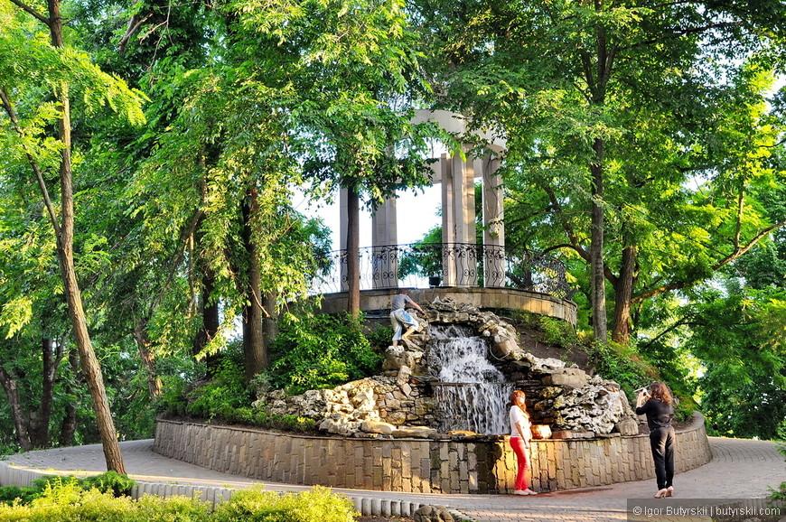 09. Какое шикарное место для фото – тут и водопад и ротонда, и деревья.