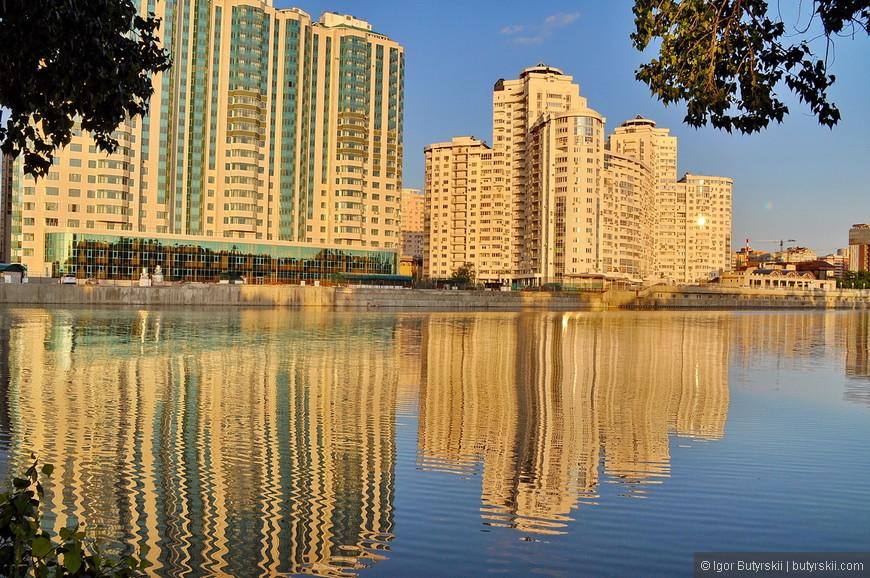 22. Мне почему-то напомнило Дубай. В Краснодаре начинают облагораживать набережную, строят новое дорогое жилье, но пока все очень печально…