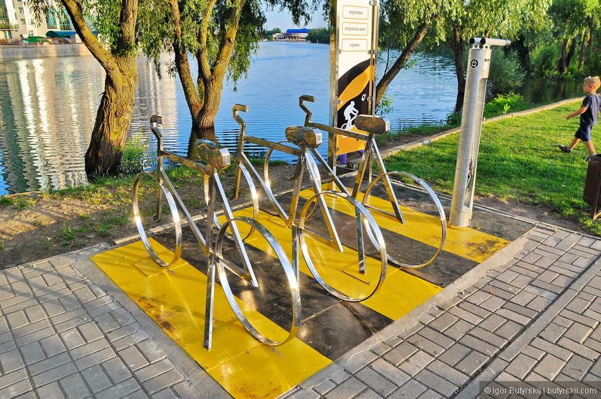 26. Зато организованна парковка и подкачка колес для велосипедов, отличная идея!