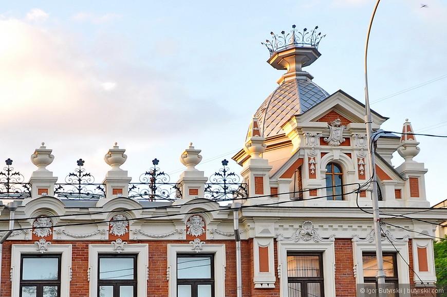 30. В историческом центре попадаются здания с отличной архитектурой. Какие элементы.