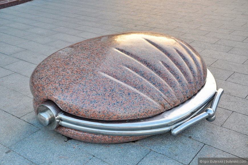 32. Памятник кошельку. Отлична идея, на нем и посидеть удобно.