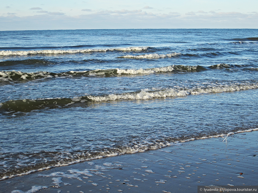И наконец море. Ровный и плавный балтийский берег. К вечеру он становится янтарным.