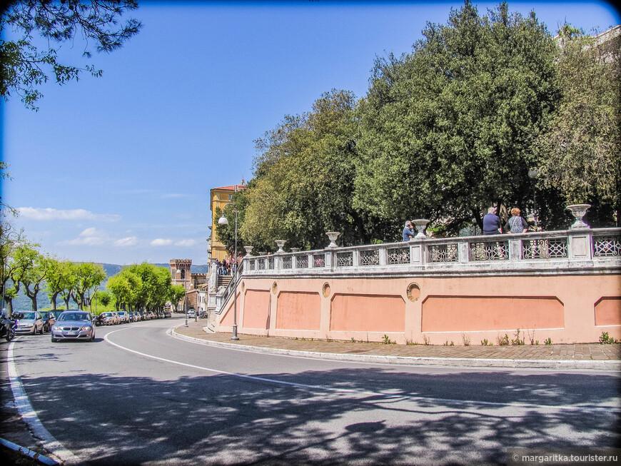 это она же вид снизу на Сады Кардуччи (Giardini Carducci)