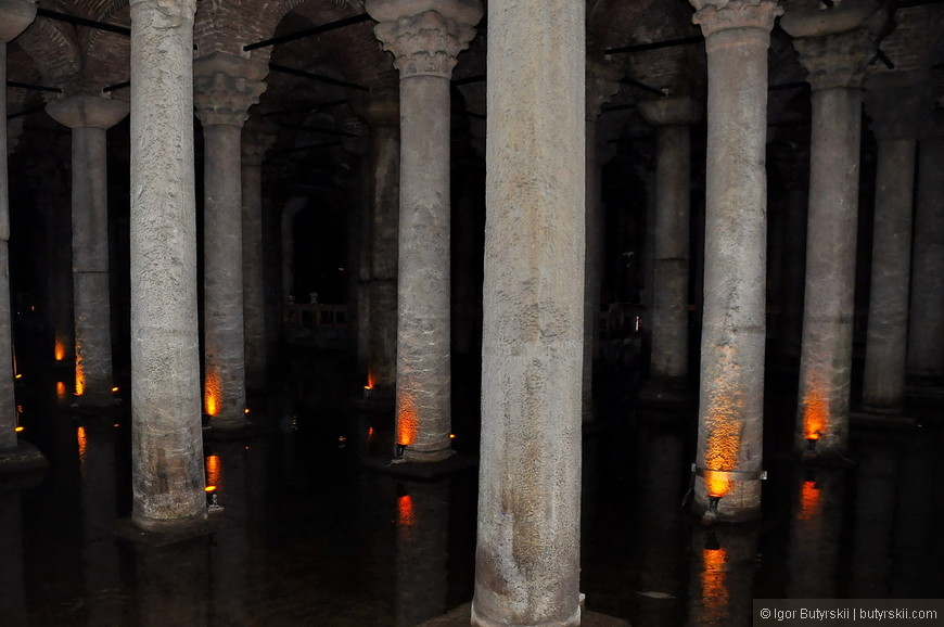 02. Большая часть колонн взята из античных храмов, поэтому они отличаются друг от друга сортом мрамора и видом обработки, часть из них состоит из одной, другие из двух деталей.