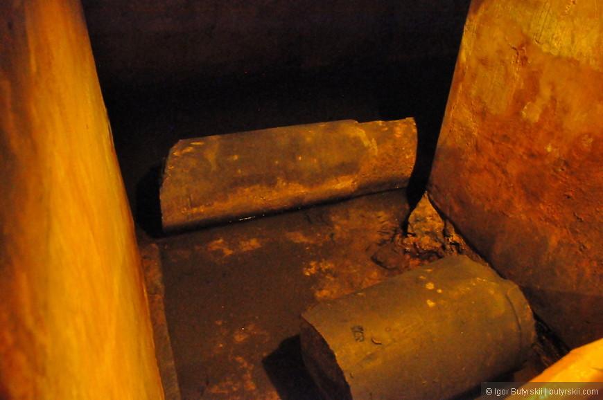 17. Есть и сломанные колонны, лежат просто в воде.