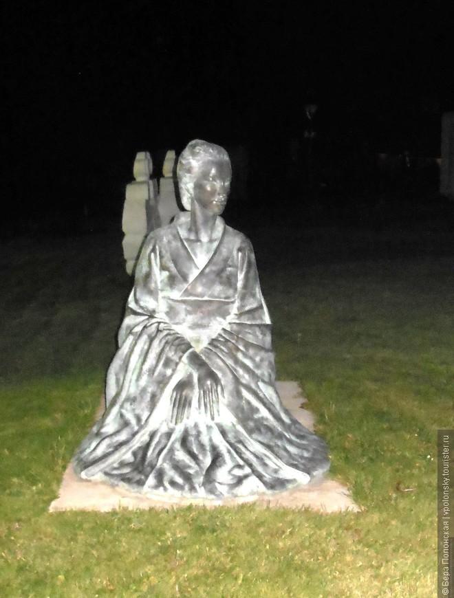 Но некоторые скульптуры вполне пуританского содержания.