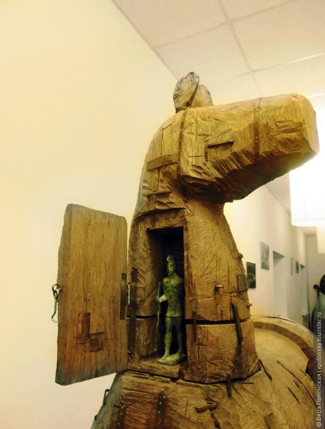 Гуляя по коридорам, чувствуешь себя посетителем интересной современной выставки.