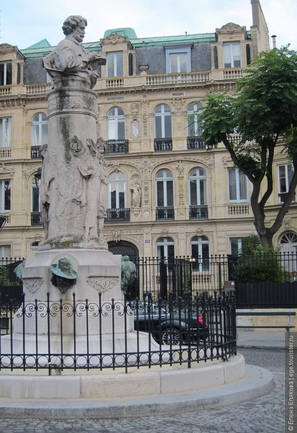 Памятник А. Дюма, мимо которого мы почти каждый день ходили, т.к. он находится рядом с нашим отелем Гавана на улице Де Треви (ближайшая станция метро от отеля - Кадет)
