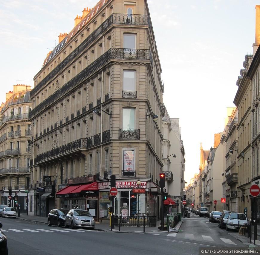 Улицы Парижа. Левая улица Ла Файет ведет к Галерее Ла Файет и к Опере. Галерея Ла Файет - это сеть известных парижских магазинов, которые считаются очень дорогими, но у нас цены (тогда - в 2013 г.) были все равно раза в 2 выше, и некоторые дамы из нашей группы купили даже чемоданы, чтобы увести всё приобретенное в этих магазинах. Я же почему-то решила, что Галерея Ла Файет - это что-то вроде художественного салона.