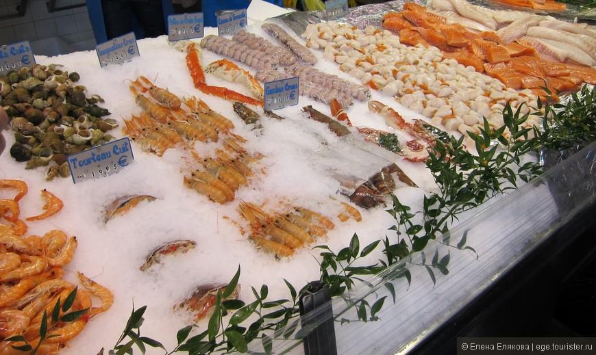 Прилавок морепродуктов на улице, ведущей на Монмартр
