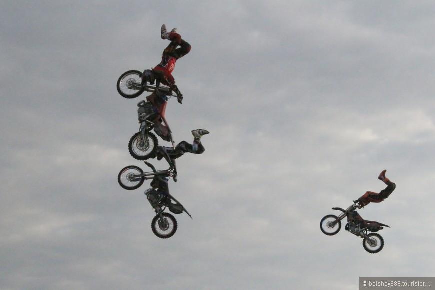 Больше всего понравилось ,когда втроём или вчетвером прыгают!!! Классно смотрится!!!