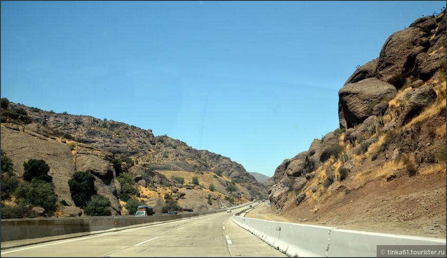 Дорога проложена через горы и ущелья, просто вырублена в горной породе.