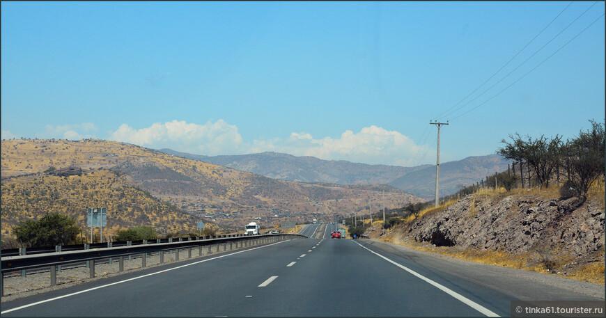 Типичный пейзаж центральной полосы Чили. Лысые холмы и каменистая почва.