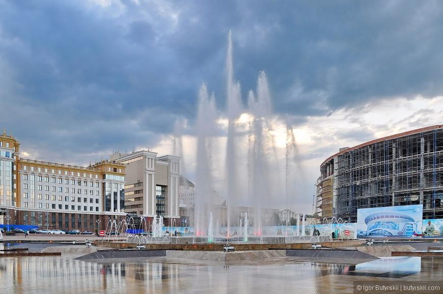 02. Поющий фонтан на площади, один из самых мощных (высоких) в России, струя бьет на 40 метров вверх. Хорошая акустика и подсветка, мне понравилось.