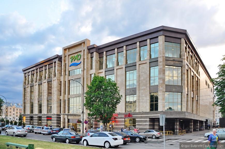 14. На этой же площади, вполне приличный торговый центр. Единственный город в России где я увидел хорошо выглядящий ново построенный торговый центр.