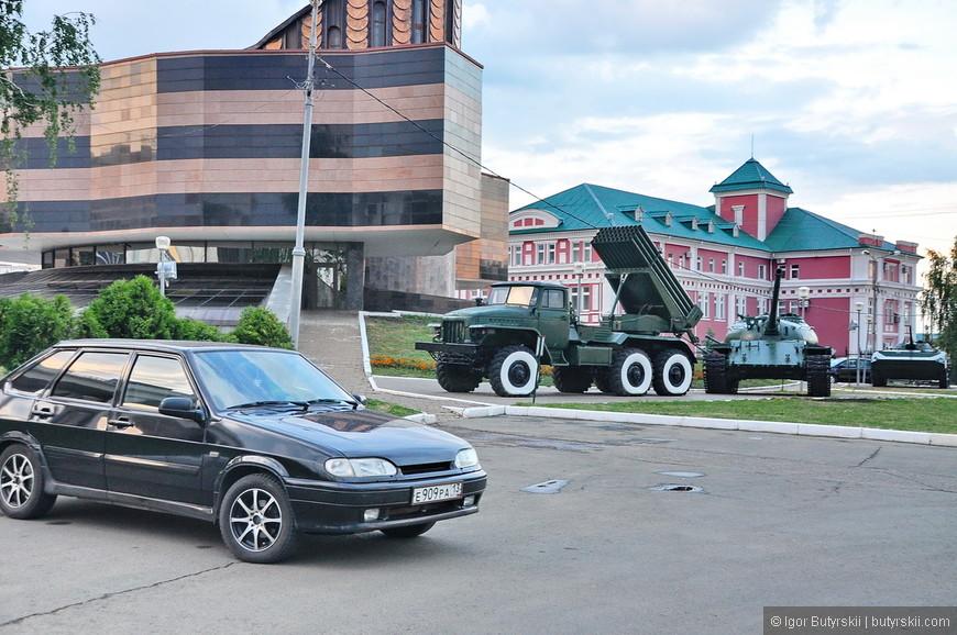 22. Небольшая выставка старой и новой военной техники.