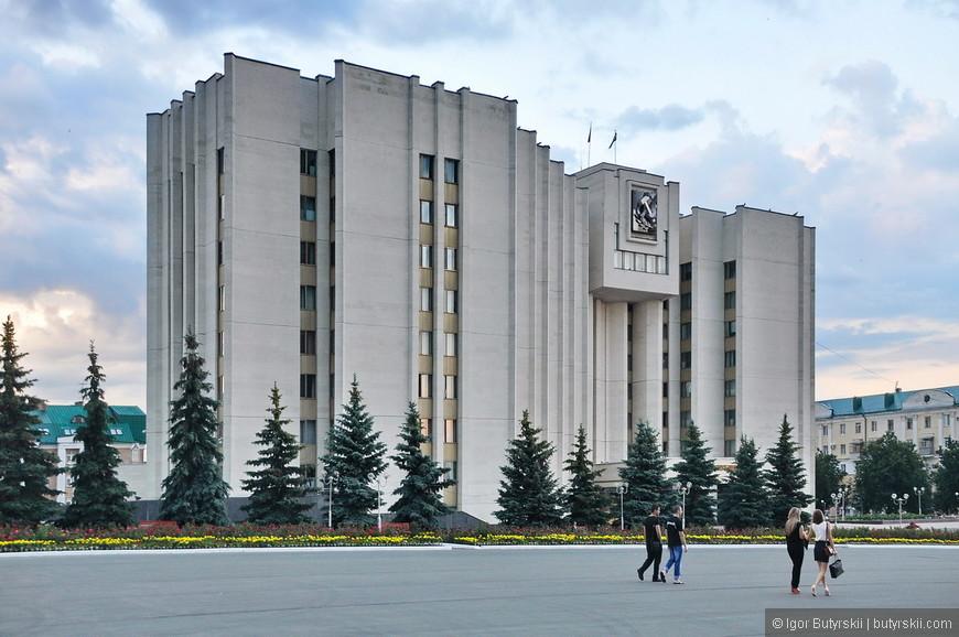 30. Советское прошлое не в самом плохом варианте, когда ничего нет по соседству здание выглядит отлично.