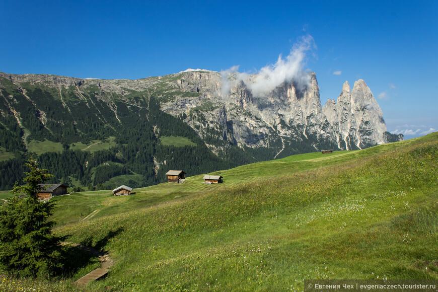 Путь пролегает по живописной долине с ручейками и пастищами