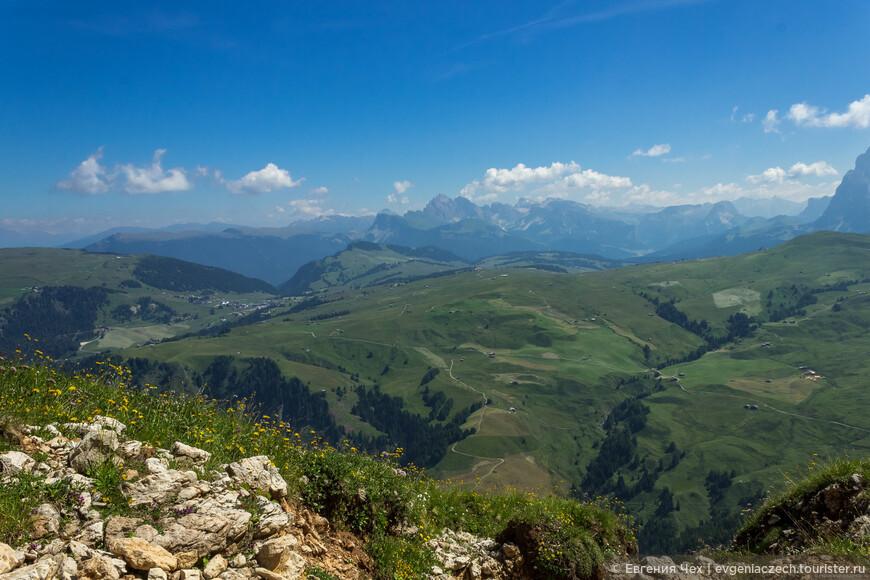 Вдали видны силуэты Сарнтальских Альп