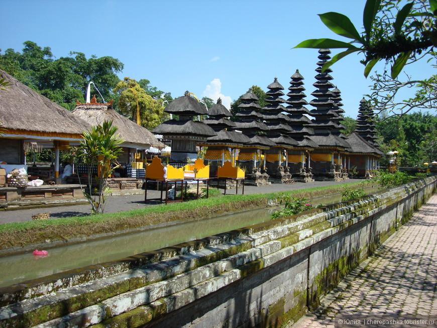 Храм Пура Таман Аюн, можно часами ходить вокруг него, но... время у нас было ограничено. А какой там красивейший сад.