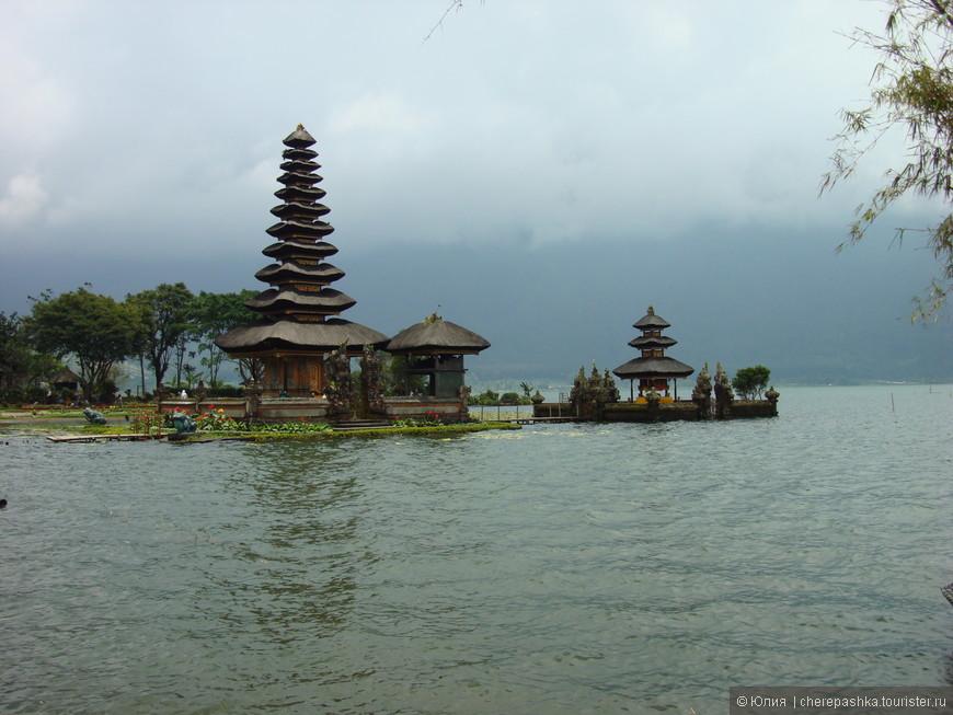 Храм Пура Улун Дану на озере Братан
