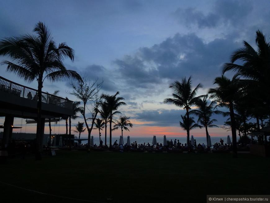 и не зря говорят, что на Бали самые красивые закаты, а наблюдать можно как с берега, так и с Бич клаба, на удобном диванчике с Мохито в руках )))