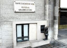 Банк Заходни (Западный). Отдел для гномов. Им, оказывается тоже нужны и деньги, и банки, и, как видите, банкоматы!