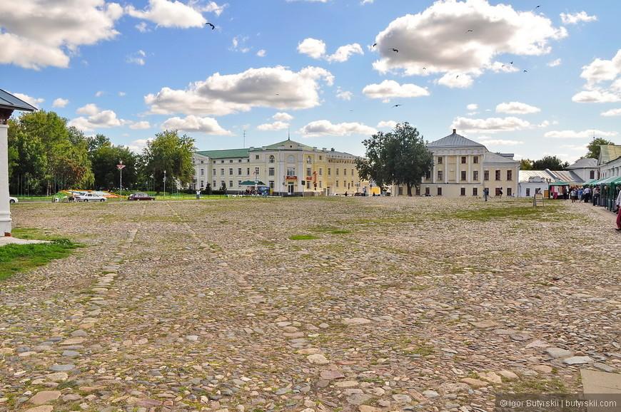 26. Центральная площадь, туристов почти не видно, но поверьте, они там есть. Видимо, из-за близости к Москве это самый населенный туристами город Золотого кольца.