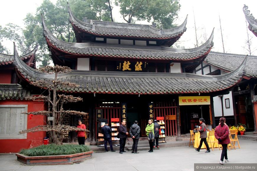 Храм напротив главного входа в Монастырь Манджушри Веньшуюань - монастырь бодхисатвы Мудрости