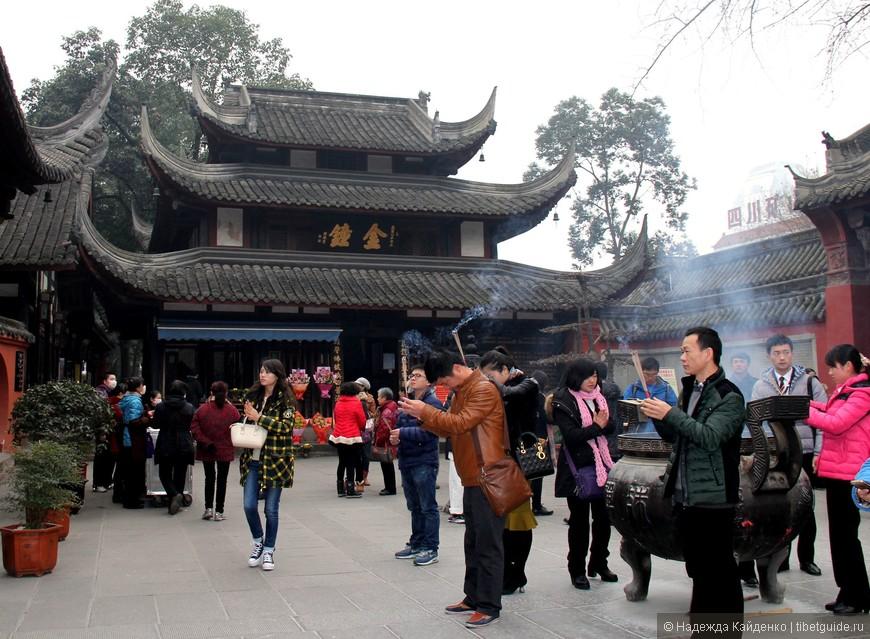 утром храм посещают чаще, это буддистская традиция, приходя в храм зажигают благовония, поклоняются по всем четырем сторонам света, читают молитву и ставят благовония в курильницу