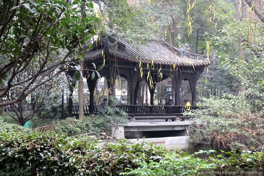 на территории монастыря есть красивейший парк, в котором много уединенных беседок